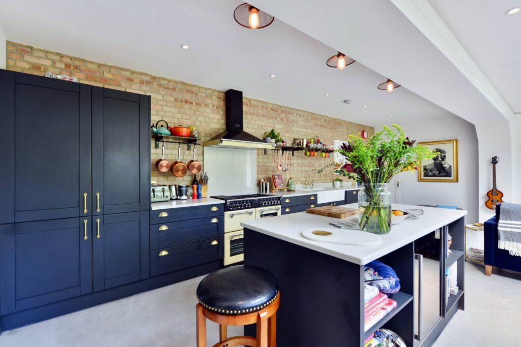 большая кухня в стиле фьюжн с синими тонами