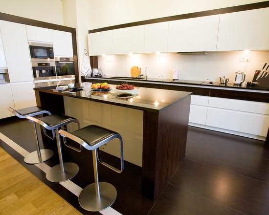 кухня с барной стойкой и стульями