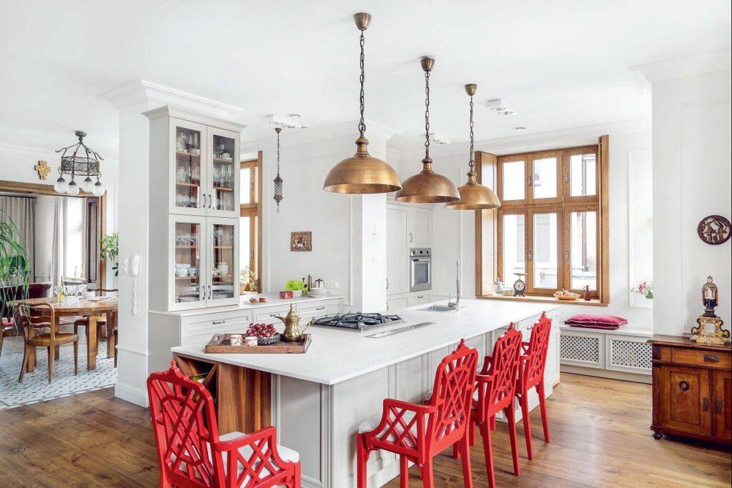 дизайн кухни с красными стульями